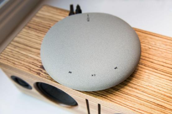 """这块""""鹅卵石""""可以将家中所有的音箱无线化"""