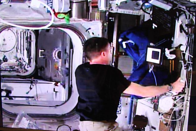 来看宇航员如何与地球上的人握手