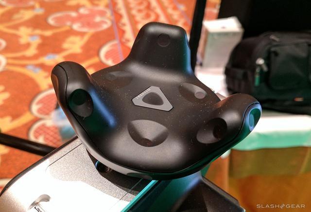 HTC Vive追踪器亮相CES 万能兼容的VR游戏手柄