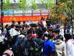 活动引来众多学生的围观
