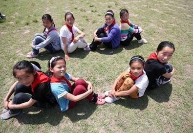 孩子们三两一群的摆出姿势拍照
