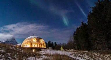 他们在北极圈里盖了座玻璃房,生活自给自足看极光