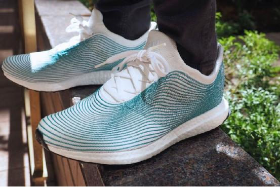 阿迪达斯推出用海洋塑料垃圾制成的运动鞋