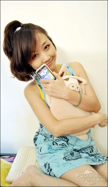 美女试玩可爱安卓手机HTC野火S