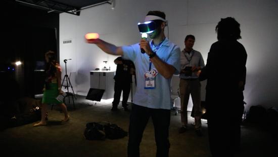 索尼虛擬頭戴顯示器試玩 虛擬現實游戲的未來