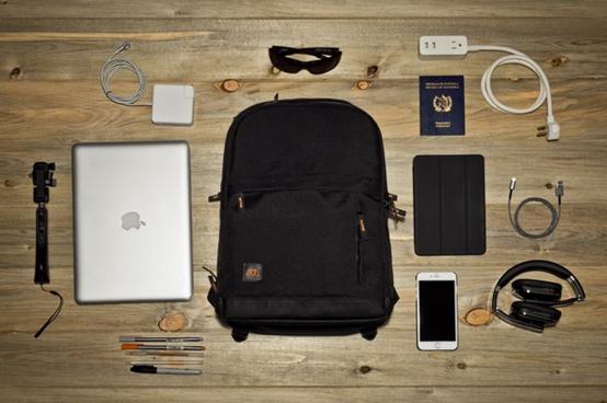 差旅必备 这款背包能让你更优雅地给手机充电