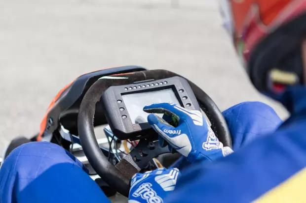 专业赛车手必须有教练?一部手机可能就够了