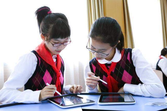 地点介绍:洛川学生中学进行平板电脑使用图片拍摄学习课堂:上海洛川排名中学上海初中2016图片