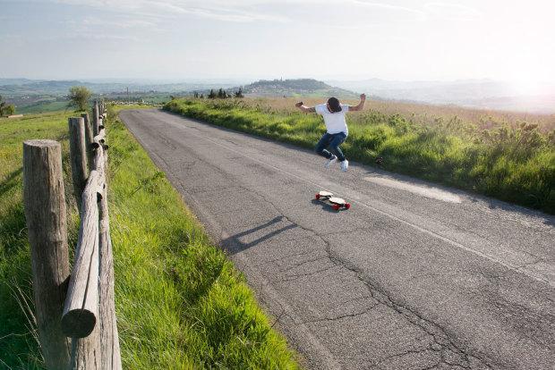 最轻的折叠电动滑板能塞进包里 续航15公里