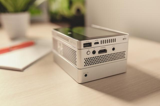 这个盒子相当于高清投影仪+平板+移动电源合体