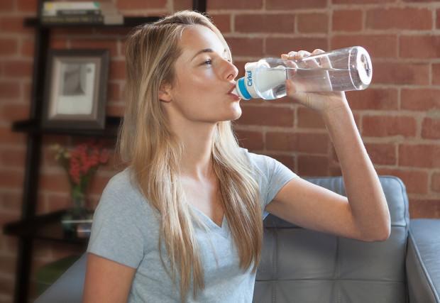 抄袭阴阳酒壶?这只水杯让你同时喝到白水和饮料