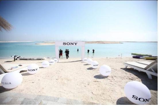 索尼在迪拜开设水下体验店 宣传产品防水特性