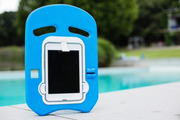 iPad mini变身变成漂浮板 快去泳池里拍拍拍吧