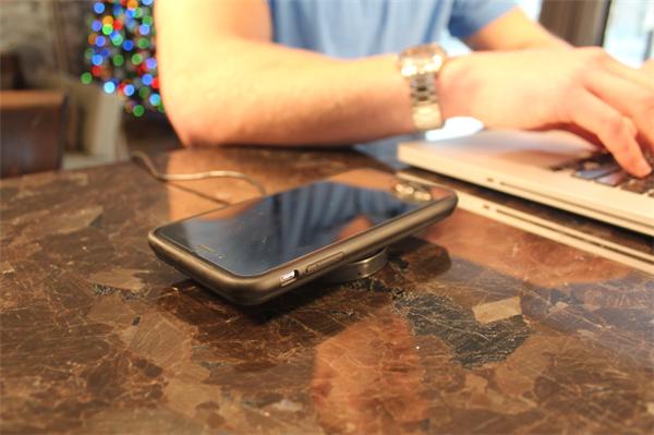 这款手机壳不仅能让iPhone电量翻倍 还能无线充电