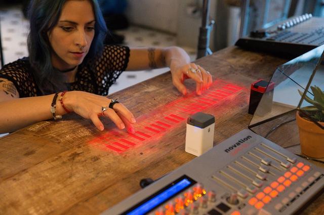 有了这款虚拟投射键盘 那电子琴和充电宝都有了