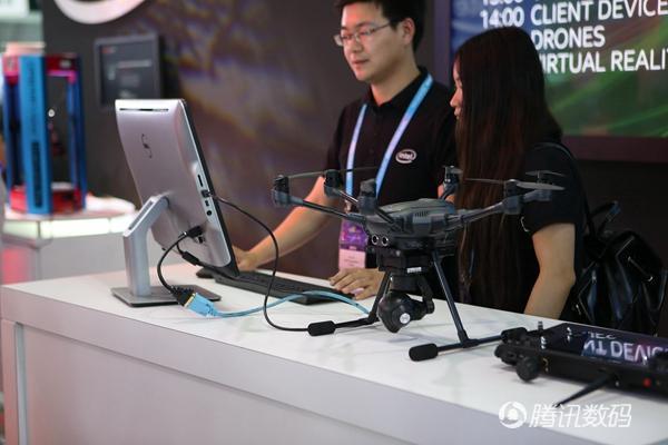 机器人妹子带你逛CES 英特尔展台酷酷哒!
