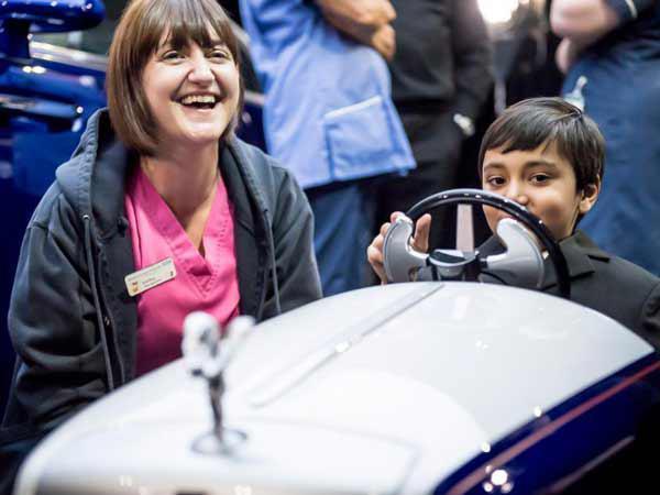 大写的爱 劳斯莱斯造了一辆电动汽车给孩子玩