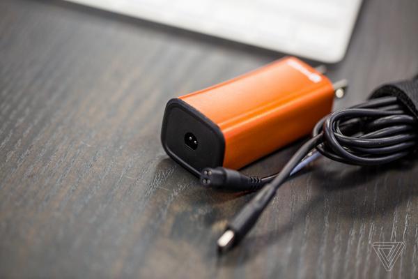 这款笔记本电源附带USB-C接口 小巧但缺点也不少