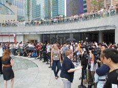 现场排队人群众多