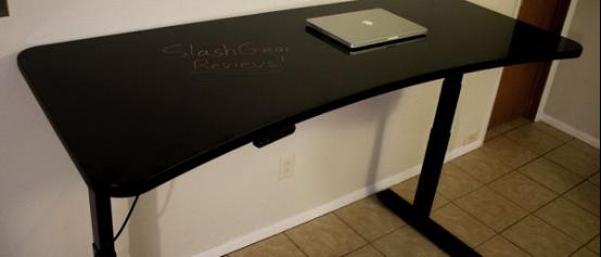 这是一台可以涂鸦的电动升降电脑桌