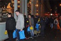苹果店晚上排队的人群