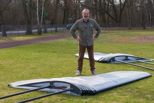 这飞行器能让人像鸟一样飞起来 带扇翅膀的那种