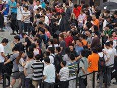 上海Apple store现场排队人群