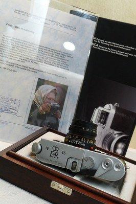 全球仅两台 英女皇特别版徕卡相机现身