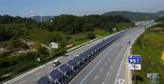 韩国高速公路上用太阳能板搭起自行车道