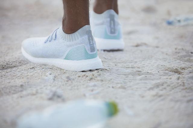 阿迪用11个塑料瓶打印成运动鞋 卖你1500一双