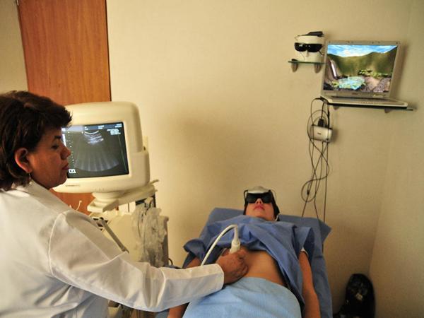 神奇!戴上VR头盔做手术居然能止痛 不用麻药