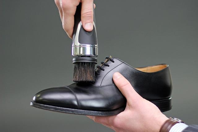 这款电动刷鞋器刷鞋很拿手 还能给鞋子抛个光