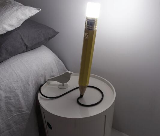 大号铅笔造型LED台灯来了 或许能激发你的灵感