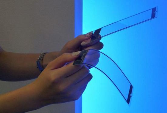 京瓷展示柔性手机 可随意弯曲