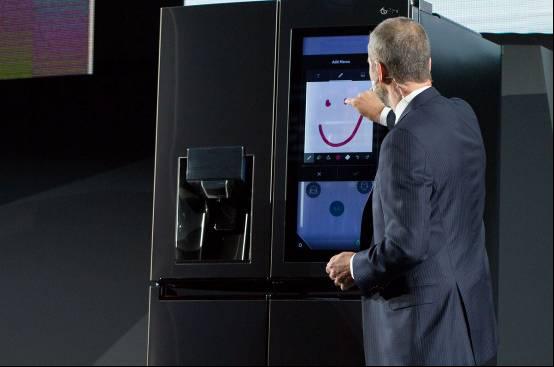 LG不仅把AI用在冰箱上 还配备29英寸触摸显示屏