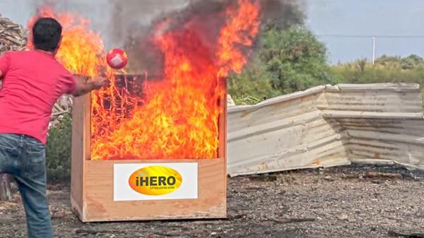 """德国黑科技:把""""精灵球""""扔火堆里就能灭火"""