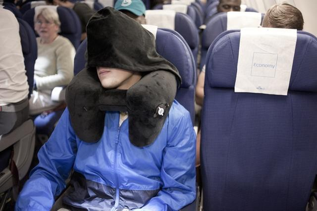 有了这款枕头 再小的地方也能让你稳稳地坐着睡