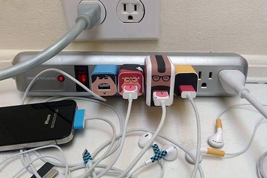 充电头上的笑脸让你轻松找到iOS充电器