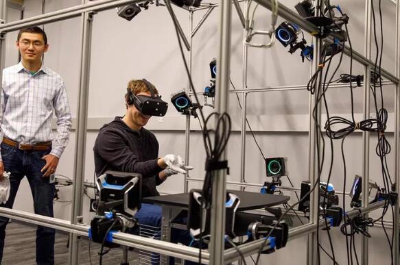 扎克伯格造访Oculus实验室 他看上了一个手套
