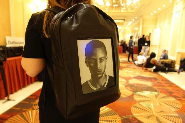 带电子墨水屏的背包 把自己照片放上去尴尬不?