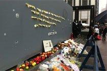 粉丝纪念乔布斯在苹果店门口摆放的献花