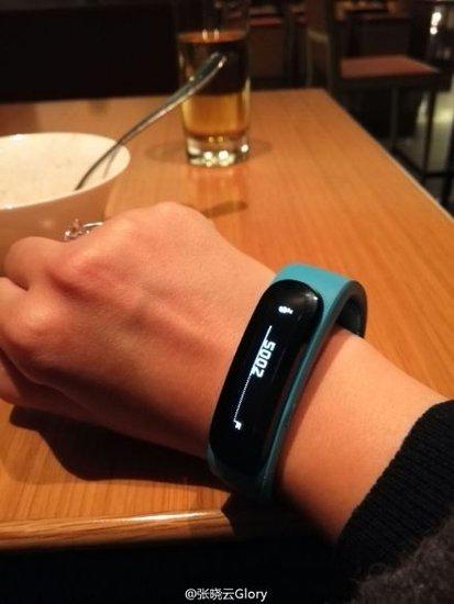 华为智能手表谍照曝光 造型独特酷似腕带