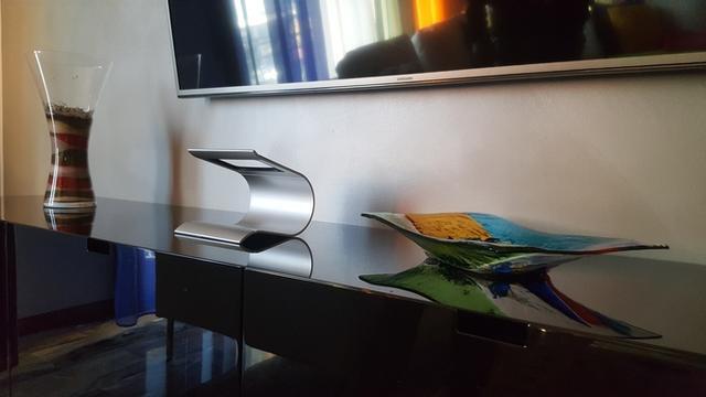 这款全息投影底座功能强大 轻敲桌面即可操控