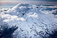 阿拉斯加白雪覆盖的火山