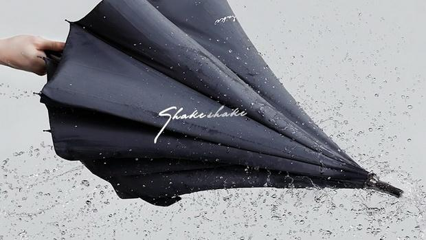 这年头雨伞都可以不沾水了 甩甩就干了