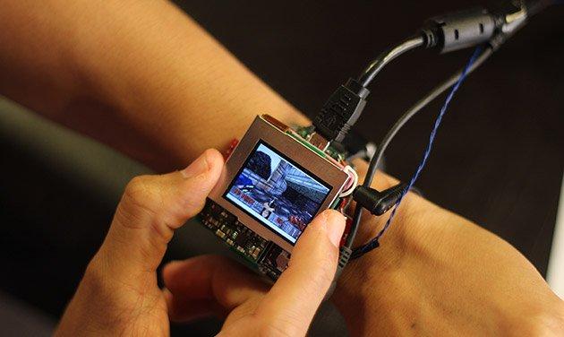 智能手表玩游戏新招:整个表盘就是游戏手柄