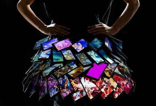 诺基亚推出智能裙子 由80部Lumia手机组成