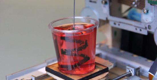 用光驱改造的3D打印机 可在果冻中打印图案