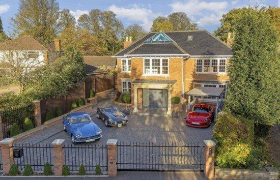 英国一豪宅隐含高科技地下车库 酷炫如007电影