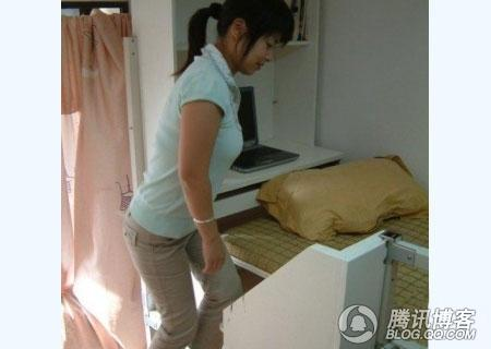 女大学生演示宿舍床连桌组合